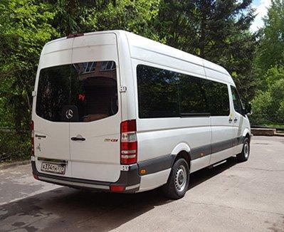 Белый микроавтобус